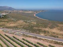 Wijngaard, bergen, blauwe hemel en lagune royalty-vrije stock afbeelding