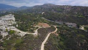 Wijngaard en weg in berg, satellietbeeld in de lentedag stock videobeelden