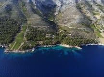 Wijngaarden aan southskant van eiland Hvar, Kroatië stock fotografie