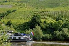 Wijngaarden en Nederlands schip op de Moezel, Duitsland stock foto's