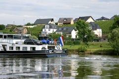 Wijngaarden en Nederlands schip op de Moezel, Duitsland stock foto