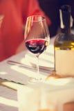Wijnglas in de koffie Stock Foto