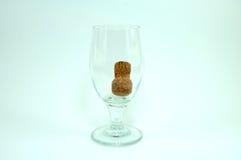 Wijnglas en champagnecork op witte achtergrond Stock Afbeeldingen