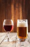 Wijnglas en glas bier Stock Afbeeldingen