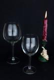 Wijnglas en kaars op zwarte achtergrond Stock Fotografie