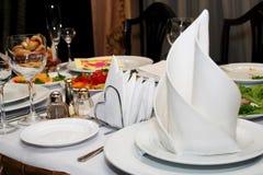 Wijnglas en servet in restaurant stock fotografie