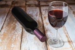 Wijnglas en Wijnfles op Oude Houten Achtergrond stock afbeeldingen