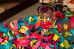 Wijnglas met Confettienviering Royalty-vrije Stock Foto's