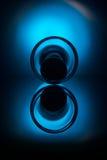 Wijnglas met ei die op lijst liggen Stock Afbeeldingen