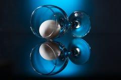 Wijnglas met ei die op lijst liggen Royalty-vrije Stock Foto