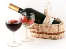 Wijnglas met rode wijn en aardbei stock foto's