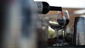 Wijnglas met rode wijn wordt gevuld die stock video