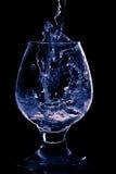 Wijnglas op de zwarte achtergrond Royalty-vrije Stock Foto's