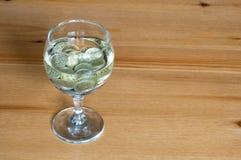 Wijnglas op het geld van lijstmuntstukken besteed aan alcoholclose-up royalty-vrije stock foto