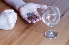 Wijnglas op het geld van lijstmuntstukken besteed aan de handentelling van de alcoholclose-up stock afbeeldingen