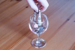 Wijnglas op het papiergeld van lijstmuntstukken besteed aan alcoholclose-up stock fotografie