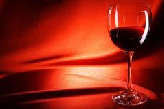 Wijnglas op stoffenachtergrond stock fotografie