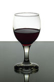 Wijnglas rode wijn op zwart-witte achtergrond Stock Afbeelding
