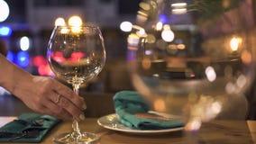 Wijnglas voor avonddiner die op lijst in elegant restaurant dicht opstaan Lijst van het serveerster de dienende diner voor stock video