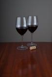 Wijnglases op glanzend woden achtergrond Stock Fotografie