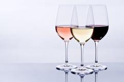 Wijnglazen die met Kleurrijke Wijn worden gevuld Royalty-vrije Stock Fotografie