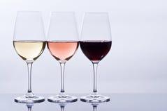 Wijnglazen die met Kleurrijke Wijn worden gevuld Stock Fotografie