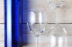 Wijnglazen en Blauwe Fles Stock Foto's