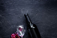 Wijnglazen en fles op zwarte van de steenlijst hoogste mening als achtergrond copyspace Royalty-vrije Stock Afbeeldingen