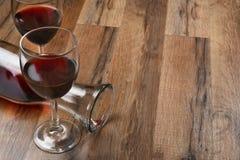 Wijnglazen en Karaf Stock Afbeeldingen