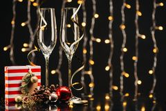 Wijnglazen en Kerstmisgift Stock Fotografie