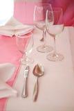 Wijnglazen en roze tafelkleed Royalty-vrije Stock Afbeeldingen
