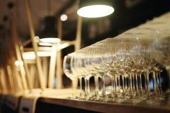 Wijnglazen in gesloten bar Royalty-vrije Stock Afbeelding