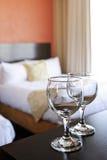 Wijnglazen in hotelruimte Stock Afbeeldingen