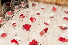 Wijnglazen met de decoratie van bloembladeren Royalty-vrije Stock Fotografie