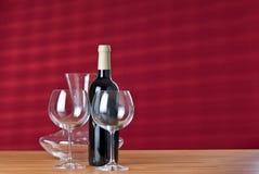 Wijnglazen met fles en karaf op de lijst. Stock Foto's