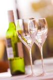 Wijnglazen met fles witte wijn Royalty-vrije Stock Foto's