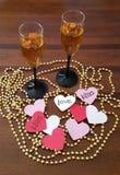 Wijnglazen met gouden parels en harten Stock Foto's