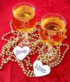 Wijnglazen met harten en gouden parels Stock Fotografie
