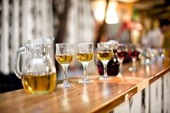 Wijnglazen met karaf bij dinercocktail party stock foto's
