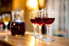 Wijnglazen met karaf en champagne bij dinerpartij royalty-vrije stock foto's