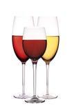 Wijnglazen met rode en witte die wijn, op wit wordt geïsoleerd Stock Foto
