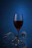 Wijnglazen met rode wijn op blauw Royalty-vrije Stock Foto
