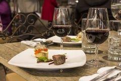 Wijnglazen met servetten, glazen en gastronomisch voedsel, banketlijst royalty-vrije stock fotografie
