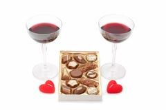 Wijnglazen met wijn, chocolade en kaarsen Royalty-vrije Stock Foto's
