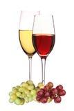Wijnglazen met witte en rode die wijn met druiven op whit worden geïsoleerd Stock Afbeeldingen