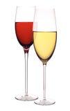 Wijnglazen met witte en rode die wijn op wit wordt geïsoleerd Royalty-vrije Stock Foto's