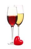 Wijnglazen met witte en rode die wijn op wit wordt geïsoleerd Royalty-vrije Stock Afbeeldingen
