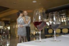 Wijnglazen op de lijst Stock Afbeeldingen