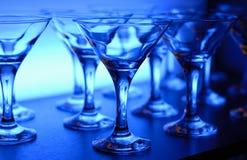 Wijnglazen op de lijst in blauw Royalty-vrije Stock Foto's