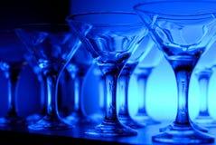 Wijnglazen op de lijst in blauw Stock Afbeelding